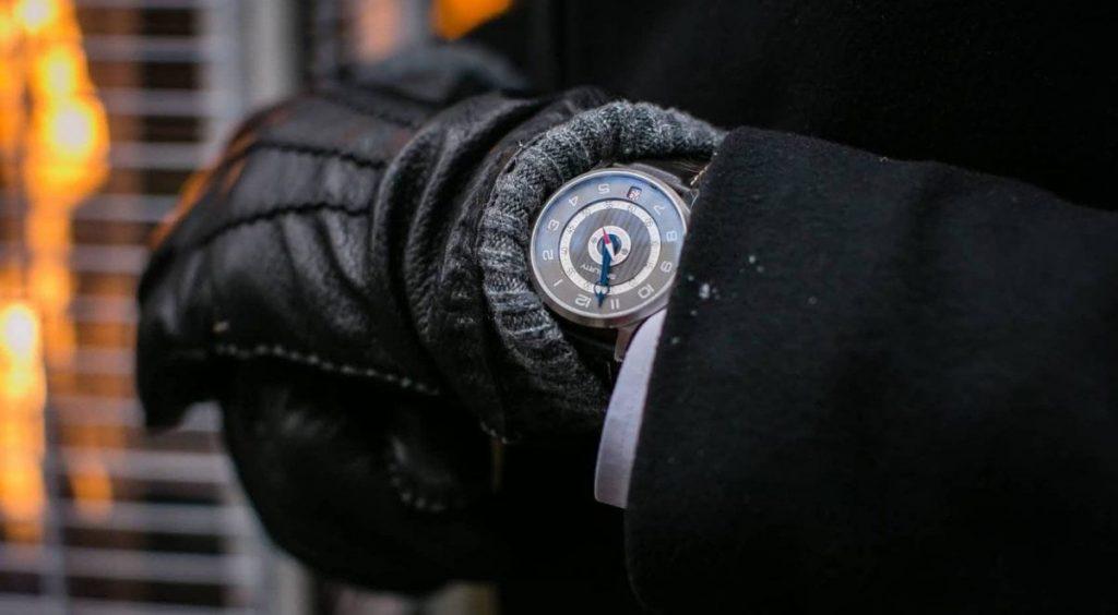 Man wearing SNGLRTY-Watch OHI4 on wrist